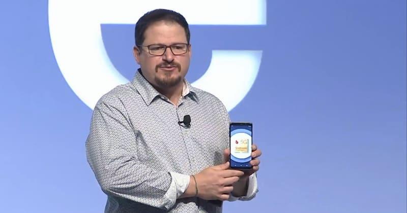 '퀄컴 스냅드래곤 테크 서밋 2018'에서 스냅드래곤 855가 탑재된 시연용 스마트폰을 들고 설명하고 있다 © 갓잇코리아