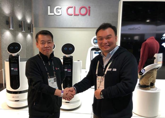 'CES 2019'에서 노진서 LG전자 노진서 로봇사업센터장(좌)과 석상옥 네이버랩스 헤드가 손을 잡고 있다(LG전자 제공) ⓒ 갓잇코리아