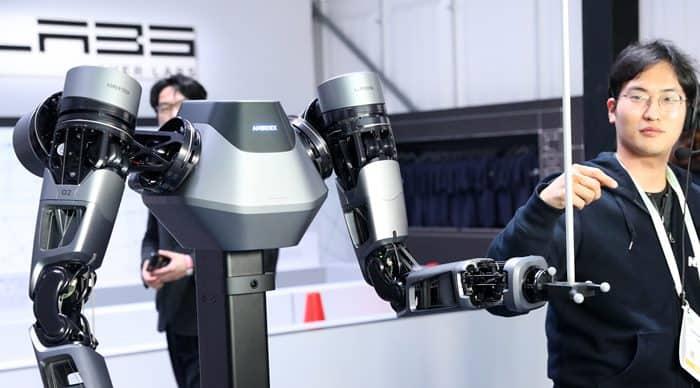 네이버-네이버랩스 부스 관계자가 로봇팔 엠비덱스를 시연하고 있다 ⓒ 갓잇코리아